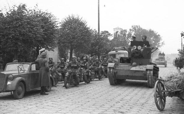 Советские танки Т-26 из состава 29-й танковой бригады Красной Армии входят в Брест. Сентябрь, 1939 г.