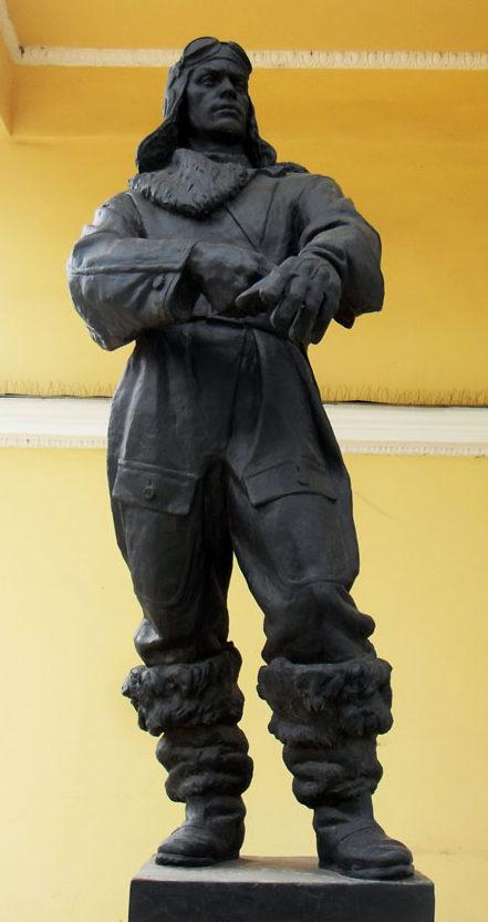 Скульптура «Фронт» у главного павильона парка. Скульптор - Л. Разумовский.