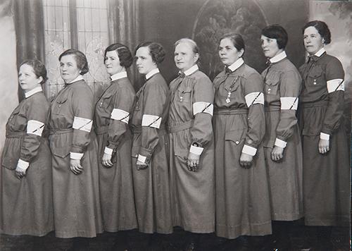 «Лотты» в рабочих платьях с повязками на рукавах. 1940 г.
