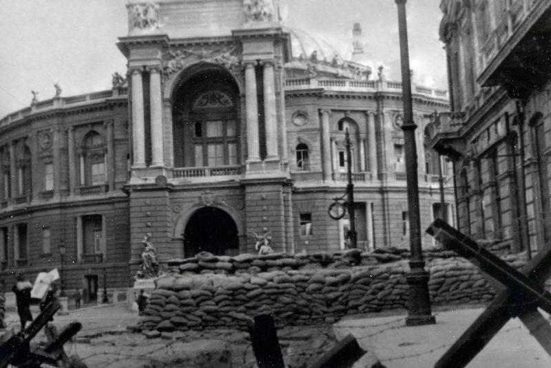 Баррикада у театра. Осень 1941 г.