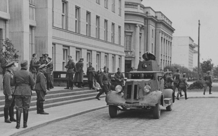 Бронеавтомобиль 29-й советской танковой бригады на улице Бреста во время переговоров. Сентябрь, 1939 г.