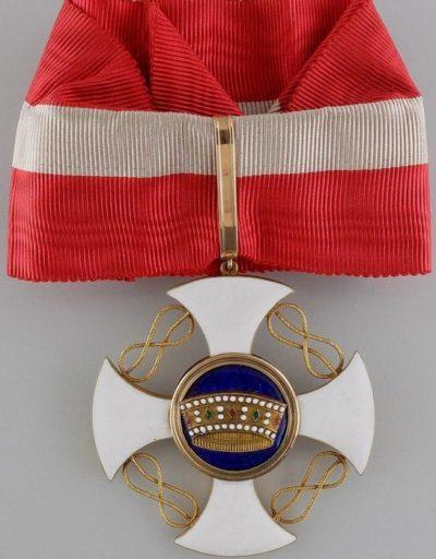 Знак Командор ордена Короны Италии на шейной ленте.
