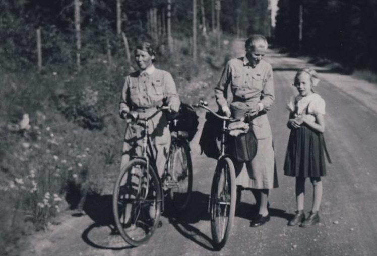 «Лотты» с велосипедами. 1940 г.