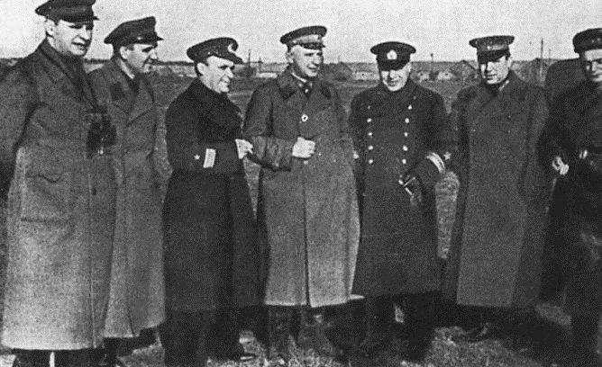 Руководители обороны Одессы. Слева направо: М.Г.Кузнецов, Ф.Н. Воронин, И.И.Азаров, Г.П. Сафронов, Г.В. Жуков, Л.П. Бочаров, А. Г. Колыбанов. Октябрь 1941 г.