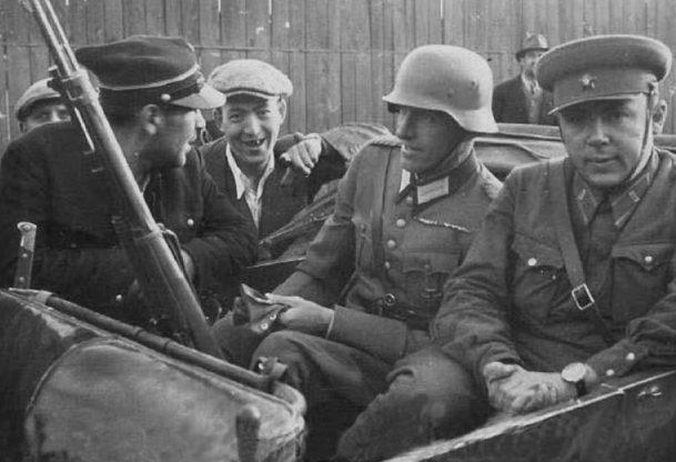 Немецкий и советский офицеры с польским железнодорожником. Брест, сентябрь, 1939 г.