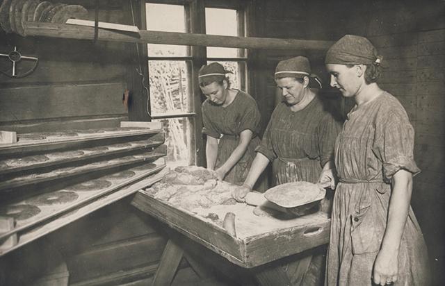 «Лотты» за выпечкой хлеба. 1940 г.