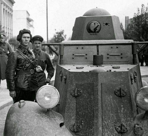 Батальонный комиссар 29-й танковой бригады Красной Армии В. Ю. Боровицкий с немецкими офицерами у бронеавтомобиля БА-20 в Бресте. Сентябрь, 1939 г.