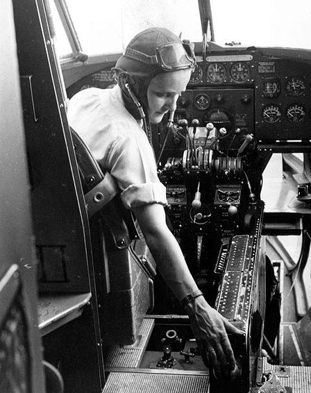 «Лотта-пилот» перегоняет самолет из Великобритании в Финляндию. 1940 г.