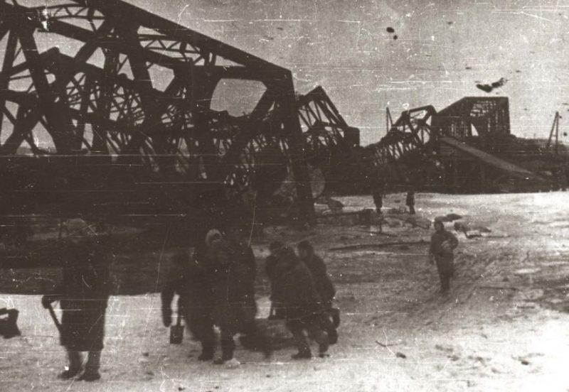 Разрушенный мост.