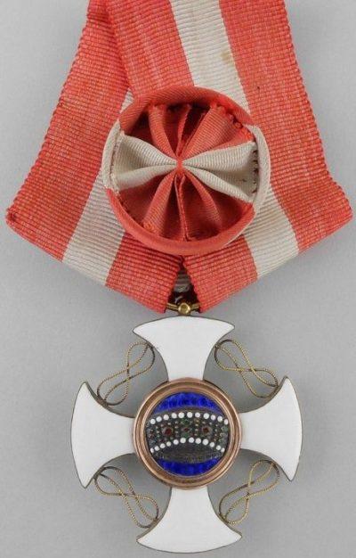 Варианты ношения орденской ленты с розеткой со знаком Офицер ордена Короны Италии.