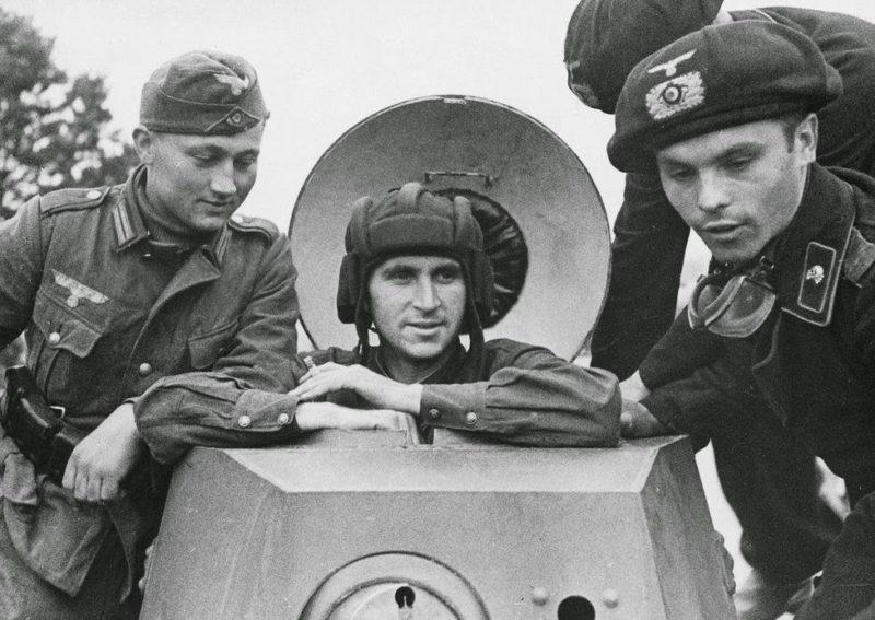 Солдаты вермахта с красноармейцем на советском бронеавтомобиле БА-20 из 29-й отдельной танковой бригады. Брест, сентябрь, 1939 г.