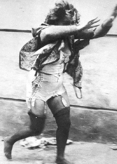 Юные львовяне избивают еврейку. 1 июля 1941 г.
