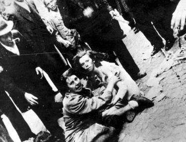 Еврейские женщина и девочка подвергаются издевательствам со стороны погромщиков. 1 июля 1941 г.