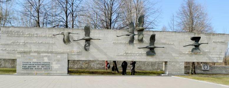 Стена с журавлями.