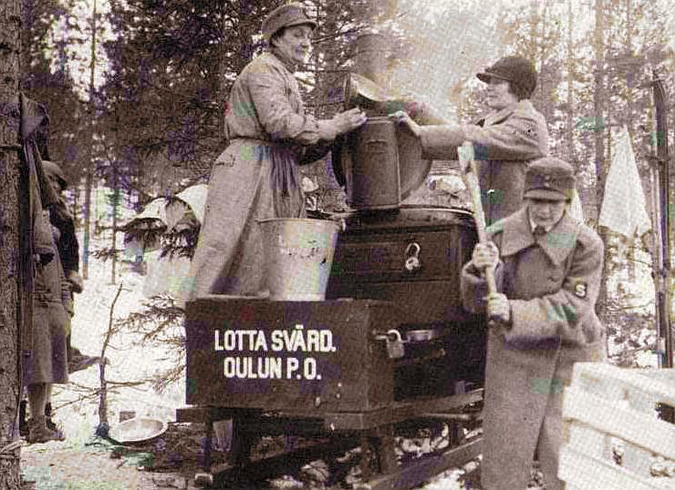 «Лотты» на полевой кухне. 1940 г.