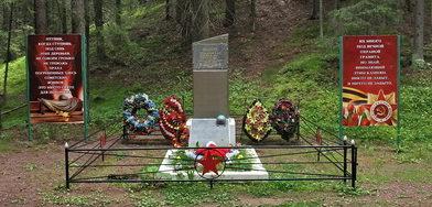 п. Ильичево. Памятник в лесном массиве, установлен на братской могиле, в которой похоронены советские воины, погибшие в годы войны.