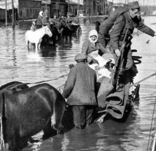 Уходя, Красная армия взорвали дамбу Хаджибейского лимана. Затопило Пересыпь. Октябрь 1941 г.