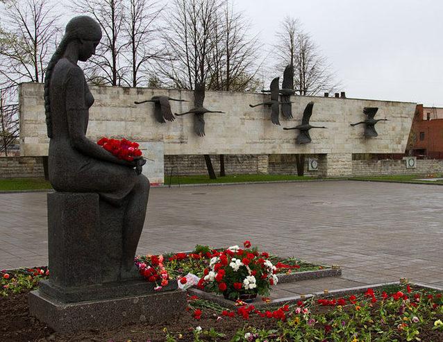 Памятник девушке с траурным венком.