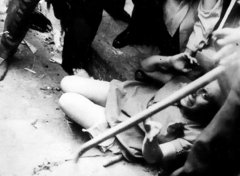 Евреек избивают палками. 1 июля 1941 г.