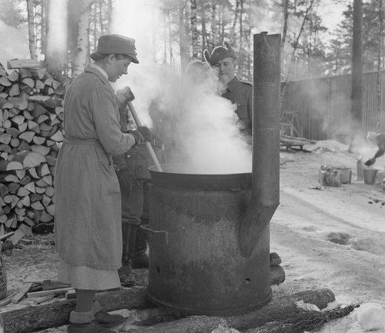 «Пропарка» нижнего белья солдат в полевом лагере. 1940 г.