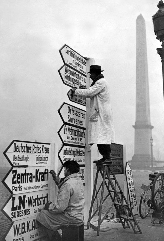 Установка немецких указателей на площади Конкорд. Осень 1940 г.