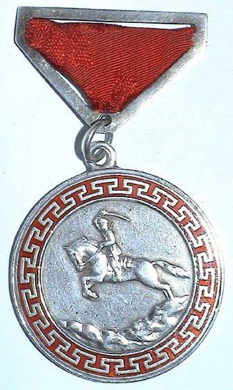 Аверс и реверс Медали «За боевые заслуги» с прорезями обтянутая муаровой лентой на винте.