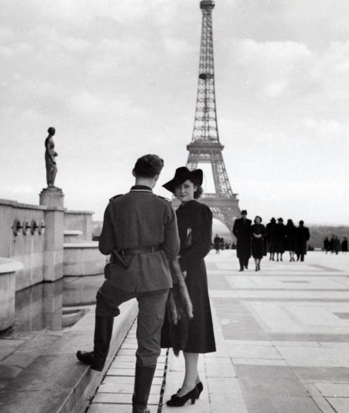 Немецкий солдат с француженкой на площади Трокадеро. Осень 1940 г.