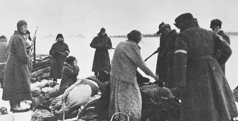 Полицаи на расстреле евреев в Чернигове. 1942 г.