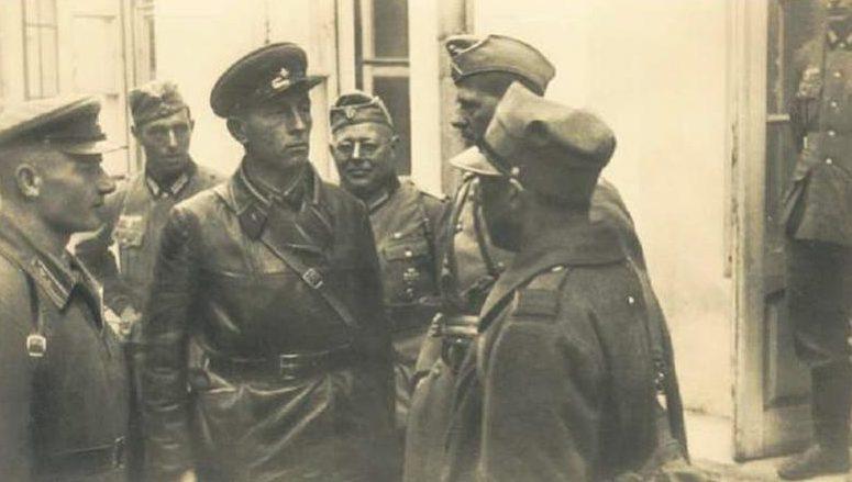 Советский офицер общается с пленным поляком рядом с немецкими солдатами. Брест, сентябрь 1939 г.