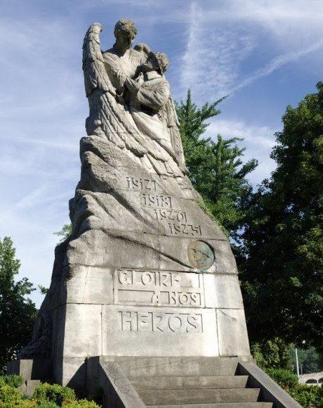Муниципалитет Huy. Памятник Победе.