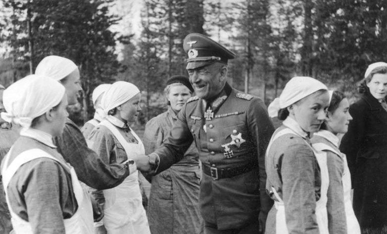 Генерал фон Фолкенхорст среди членов организации«Lotta Svärd». Лето 1941 г.