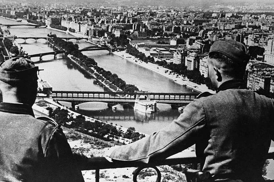 Немецкие солдаты смотрят на Париж с Эйфелевой башни. Осень 1940 г.