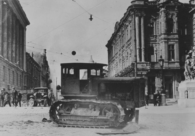 Брошенная советская техника на улице Ланжероновской. Октябрь 1941 г.