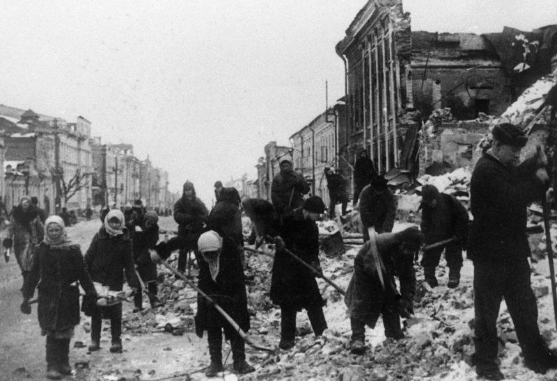 Жители Курска на расчистке улиц после освобождения города. Весна 1943 г.