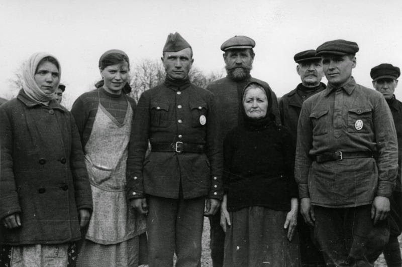 Хиви с деревенскими родственниками. Весна 1942 г.