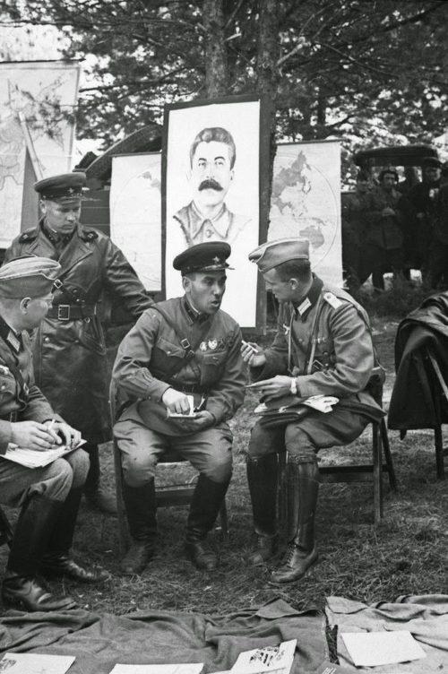 Немецкие офицеры в расположении советской воинской части. Брест, сентябрь 1939 г.