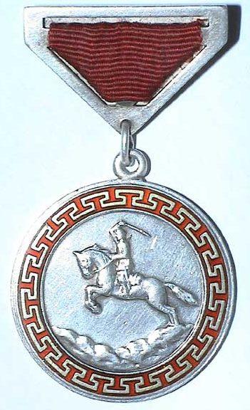 Аверс и реверс Медали «За боевые заслуги» с муаровой лентой и закрытой обратной стороной на булавке.