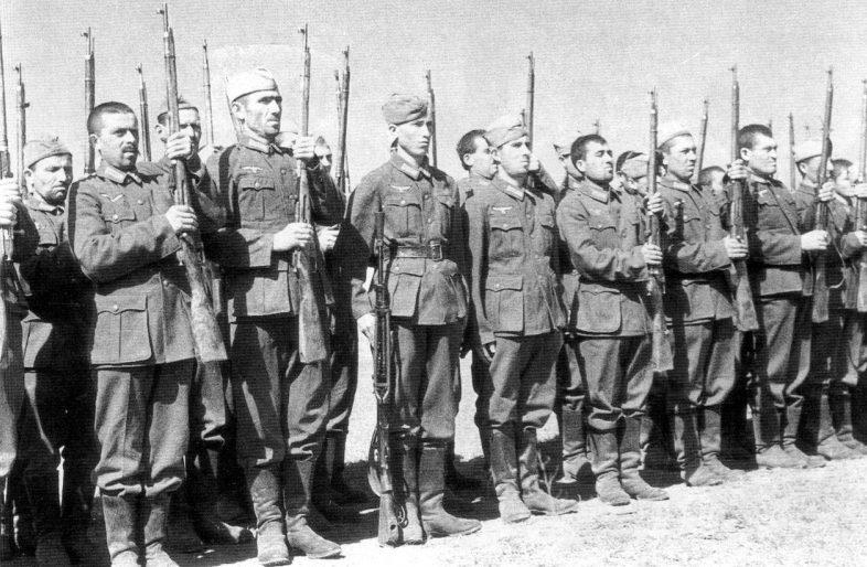 Строй солдат кавказских вспомогательных войск вермахта. Сентябрь 1942 г.