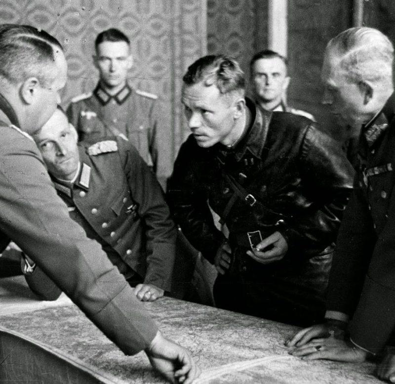 Немецкие генералы, в т.ч. Гейнц Гудериан, совещаются с батальонным комиссаром Боровенским. Брест, сентябрь 1939 г.