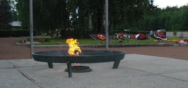 «Вечный» огонь на мемориале.