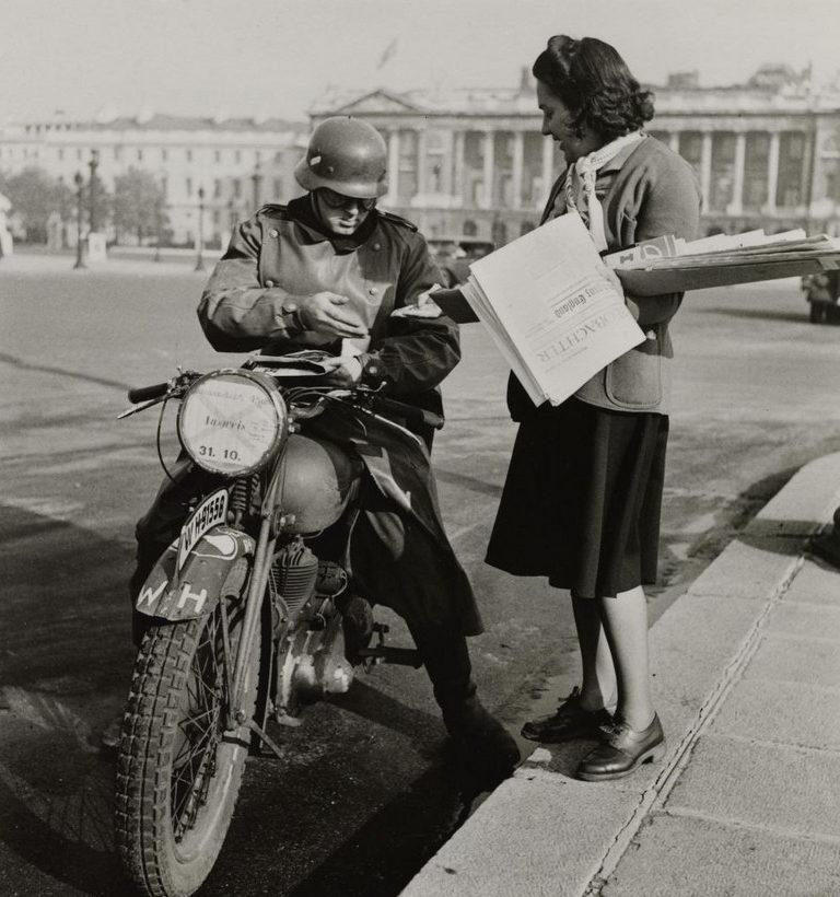 Продавщица немецких газет. 1941 г.