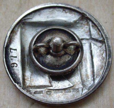 Аверс и реверс железного знака «За заслуги» Шюцкора 2-го класса. Знак аналогичный 1-му классу, но без золочения.