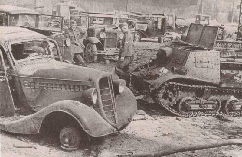 Брошенная советская техника, после бегства Красной Армии. Октябрь 1941 г.