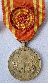 Медали «За заслуги» почетного члена общества с розетками.