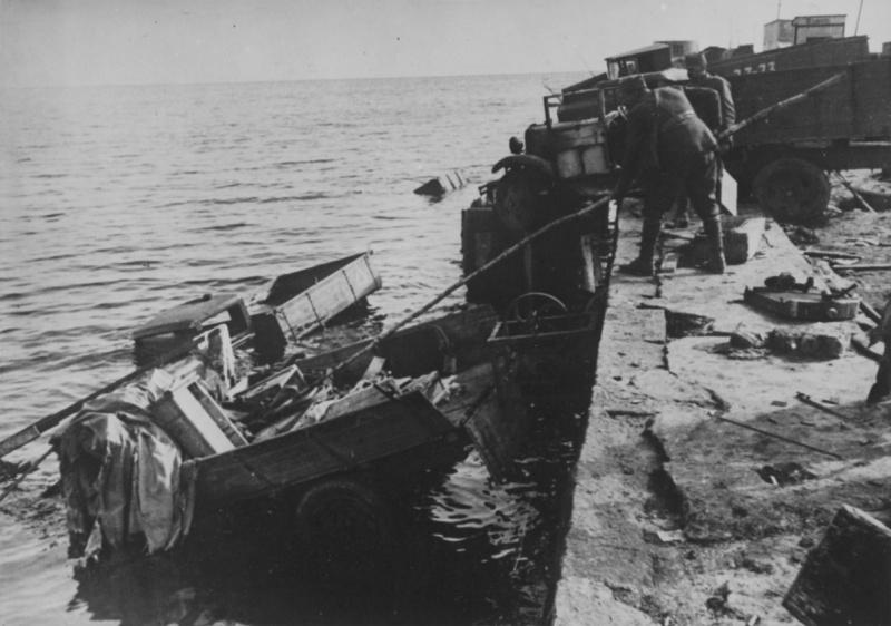 Автомобили, сброшенные с причала. Октябрь 1941 г.