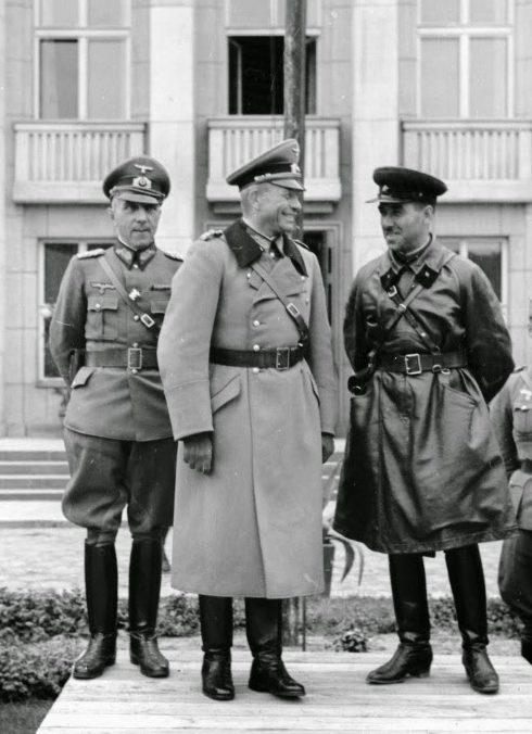Принимающие парад: Генерал Гейнц и комбриг Семен Моисеевич Кривошеин. Слева — генерал Мориц фон Викторин. Брест. 22 сентября 1939 г.