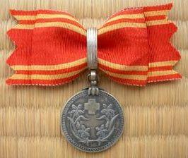 Женская медаль «За заслуги» обычного члена общества.
