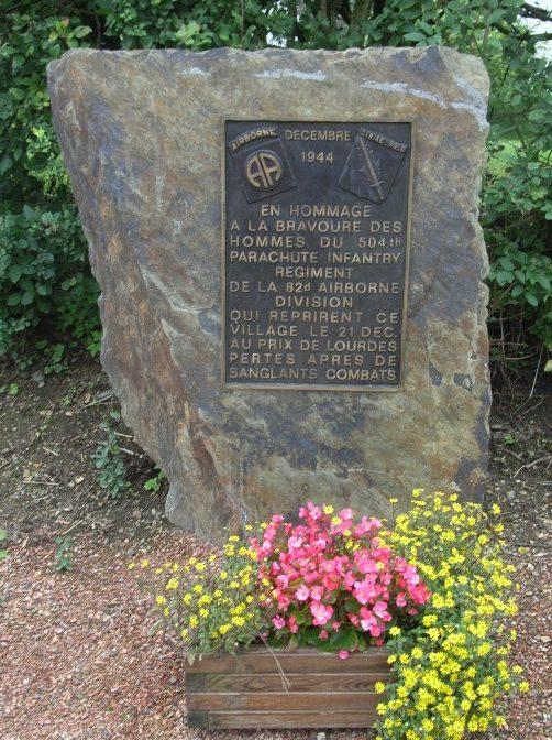 Муниципалитет Cheneux. Стела в честь воинов 504-го парашютного полка пехоты США погибших в декабре 1944 г.
