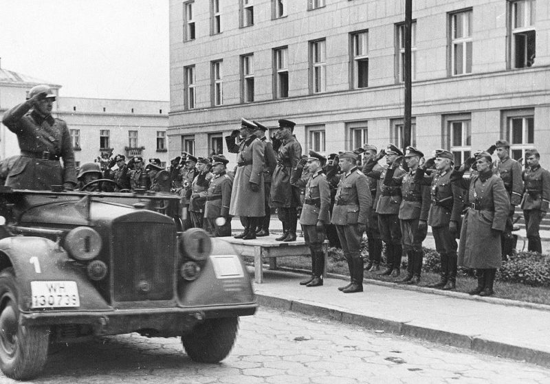 Немецкие войска проходят перед трибуной. Брест. 22 сентября 1939 г