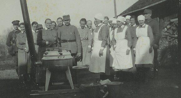 Президент Свинхуфвуд осматривает полевую кухню «Лотт».
